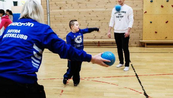 29a7c2ae Filip Gjerstad (10) har nesten alltid med seg storebror Henrik (18).
