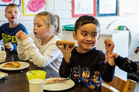 FISKEPÅLEGG TIL LUNSJ: Barna som spiste mye fisk løste oppgaver raskere enn de som fikk kjøtt.