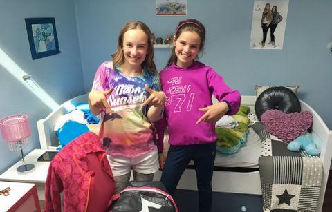 STRAKS PÅ VEI: Tiåringene Tara og Ann-Elida er klare for Voss Cup. De kjører med foreldrene rett etter skolen.