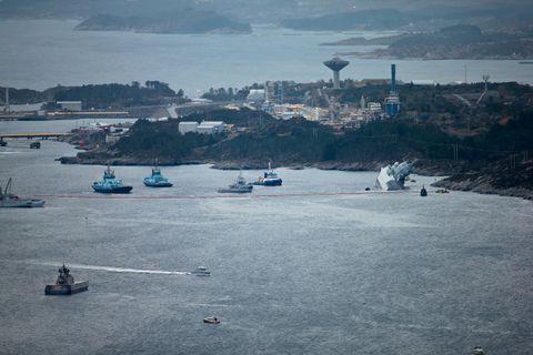 EVAKUERT: Alle de 137 personene som var om bord i fregatten ble evakuert fra skipet, åtte personer ble lettere skadet i ulykken.
