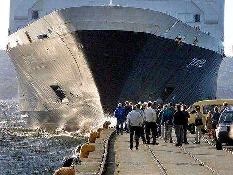 PÅ SKOLTEN: Mange møtte opp på Skolten da Englandsbåten kom. Noen skulle ta imot tilreisende. Andre skulle bare se. Her er det MS «Jupiter» som er på vei til kai.