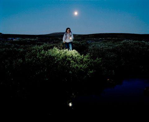MÅNESKINN, 2016: Ett bål brenner ved en elv på veien til Tinnhølen. En gruppe ungdommer fra Nederland synger og spiller gitar i måneskinnet. Ungdommene bruker lommelykt for å orientere seg i mørket. Hele scenen er som en filminnspilling.