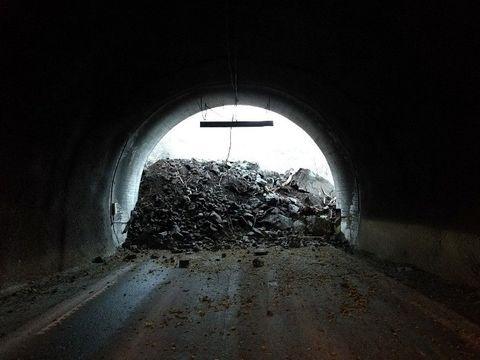 SPERRER VEIEN: Raset som gikk på fylkesvei 53 fyller nesten hele tunnelportalen.