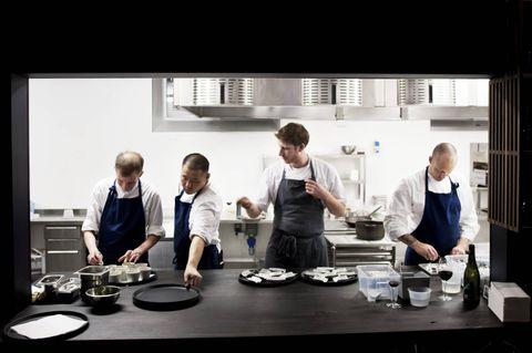 MATKUNST: Christoffer Haatuft (t.h.) er en av Bergens nye superkokker. Fra venstre eier og kokk Dag Stian Kuntsen, kokk Long Xiong, og kokk Greg Baxtrom. ALLE FOTO: ELIAS DAHLEN