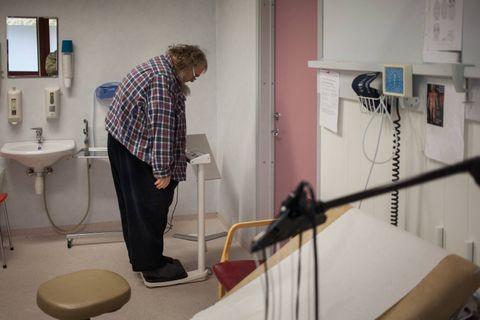 HOS FASTLEGEN: Fridtjov Urdal minkar. Tre veker etter operasjonen viser vekta 142 kg, og blodtrykket er optimalt. På eitt år har han kvitta seg med nær 50 kg.