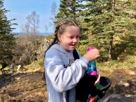 DRIKKEPAUSE: Matilde Johanne Sætre tar en pust i bakken og litt vann på vei fra Sandviksfjellet opp til Rundemanen.