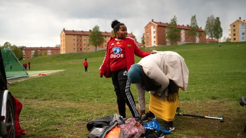 Safia Sheek Mohommed (t.h.) er med datteren Waris til trening i Skeid. Hun er glad for at klubben samarbeider med bydelen med tanke på økonomisk støtte til idrett for barna.