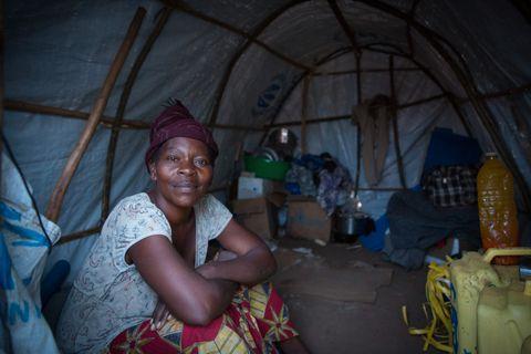 I TELTET: Yebaze sitter i teltet hun deler med kusinen.