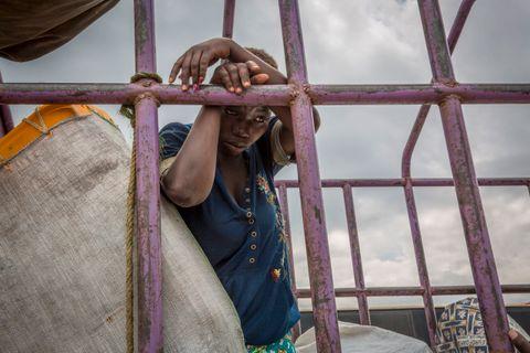 MOR: Esake står med eiendelene sine på en lastebil ved Sebagoro, ved bredden av Albertsjøen, hvor hun ankom med båt fra DR Kongo med datteren Chance (9 måneder). Hun forteller at hun flyktet fra volden i Ituri etter at ektemannen ble drept.