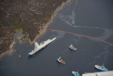 SKADER: Fregatten har fått omfattende skader etter ulykken. En rekke vanntette skott ble ødelagt. Her ligger fregatten med slagside etter kollisjonen.