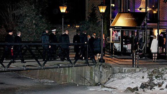 b59c4339 Det ble politisk baluba da Aftenposten avdekket hvordan Forsvarsbygg hadde  brukt offentlige midler på fest. Her er ansatte på vei til organisasjonens  «svar ...