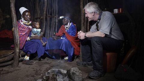 Tore Lærdal på besøk i masai-landsbyen Seneto, der hodelykta fra Laerdal er et kjært hjelpemiddel. Fra venstre Matasia Moko (45 år) med barnet Ais (1), og Ndina (35).