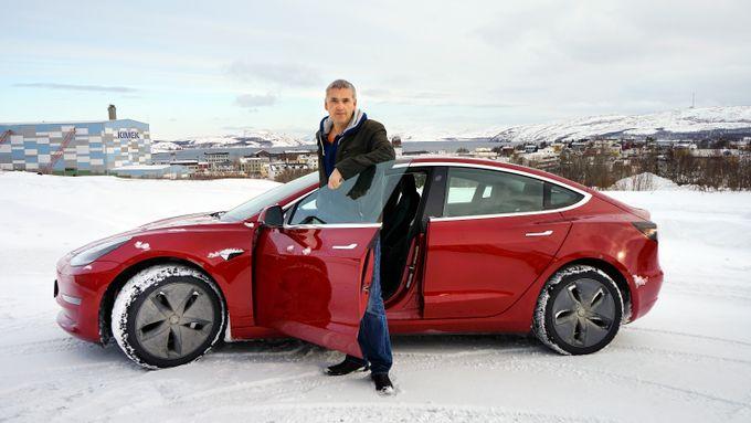 b02cec80986f Thomas Nilsen kjører byens eneste Tesla Model 3  Folk er alt fra  superskeptiske til nysgjerrige.