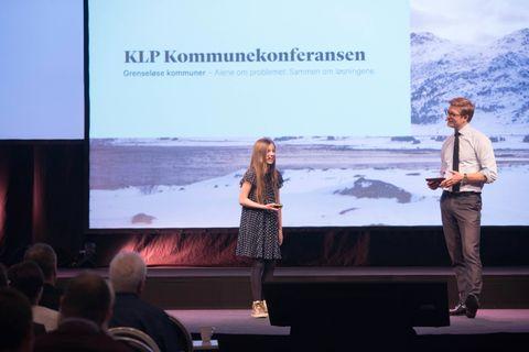 KONFRANSIER: Her står Guro sammen med konfransier, Svein Tore Bergestuen. Han introduserte Guro og de andre som skulle si noe på scenen.