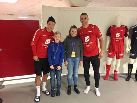 JUNIORREPORTERE: John (9) og Mia (13) intervjuet Fedrik Haugen og Azar Karadas.