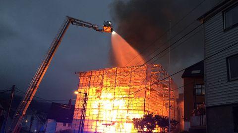 OVERTENT: Et hus ble fullstendig overtent i brann natt til mandag. Ingen personer var i bygget da brannen startet.