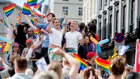 2016: Aron Jasperr og André Klausen i hvite T-skjorter på Bergen Pride som nå arrangeres av Fri – foreningen for kjønns– og seksualmangfold i Bergen og Hordaland.