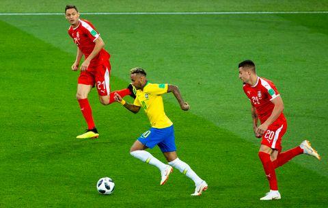 BRASIL VIDERE: Brasils Neymar setter fart fremover i VM-kampen i fotball mellom Serbia og Brasil på Spartak stadion. Nemanja Matic (til v.) og Sergej Milinkovic-Savic (til h.).
