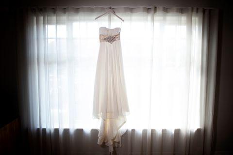 SKAR SEG: Line (34) kjøpte denne brudekjolen i 2011, men samlivsbruddet var et faktum før hun fikk brukt den.