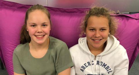 ARBEIDSUKEELEVER: Frida (14) og Lotte (14) har skrevet denne saken.