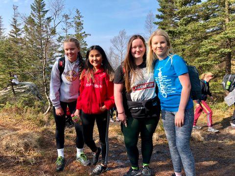 – GØY: Matilde Johanne Sætre, Ykami Rafouls Utne, Tove Myrvang Skudal og Malin Breivik fra Ravnanger ungdomsskole synes det var gøy å gå på tur.