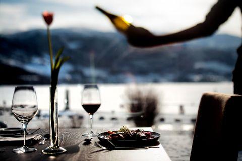 VINSERVERING: Kelneren serverer vin fra restaurantens rikholdige vinliste.