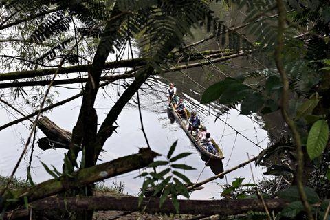 PÅ SKOLEVEIEN: Potaro-elven er livsnerven og transportåren for folk i Chenapou-området. De fleste barna padler til skolen.