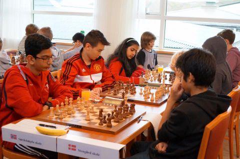 KONSENTRERTE: Her spiller Norge mot Danmark i sjakkturneringen.