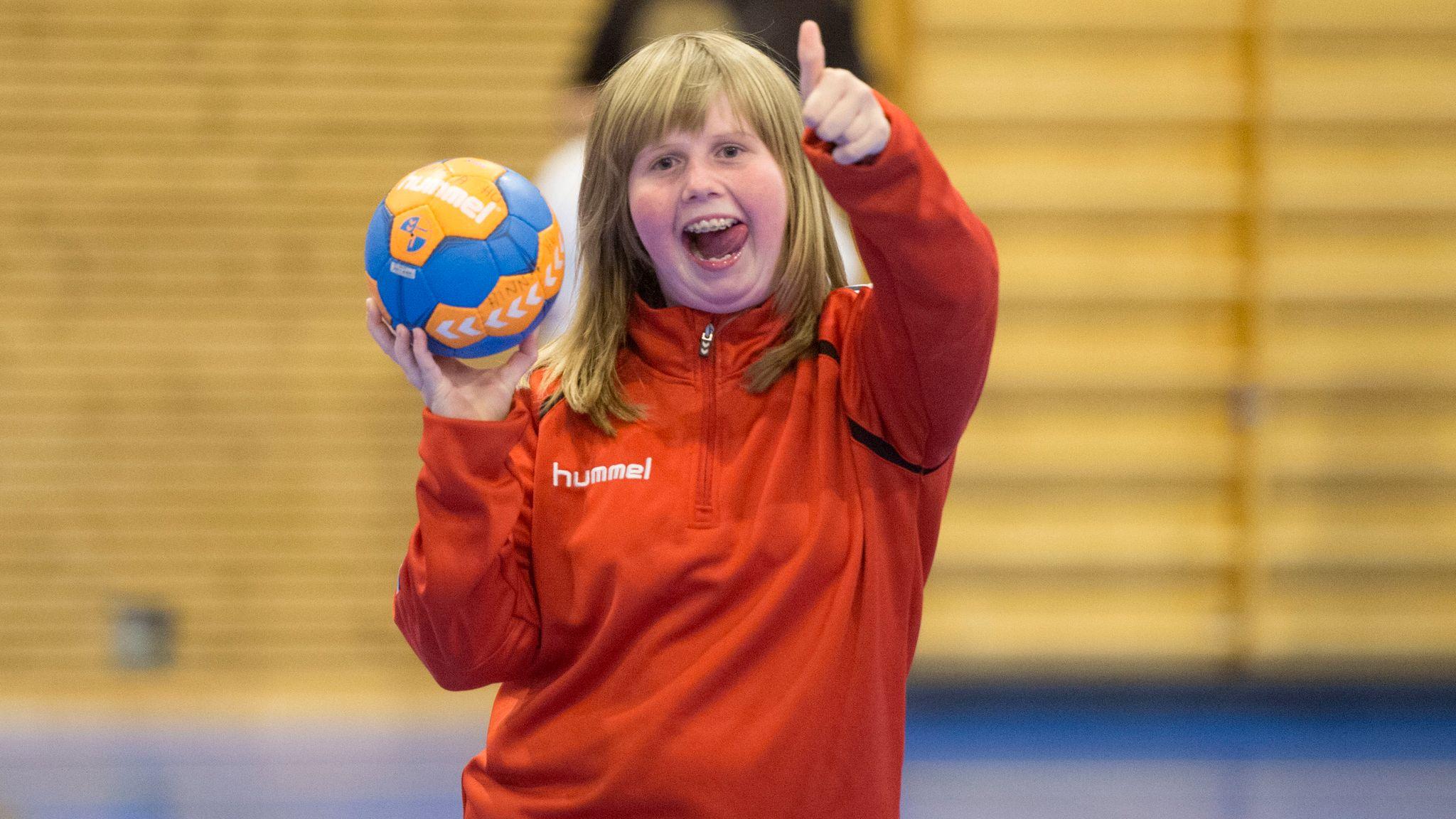 2d64b8ea Thea Solberg er 15 år, og dermed lagets yngste spiller. Humørsprederen  håper nå at flere på hennes alder ønsker å bli med på håndballbanen. Anders  Minge