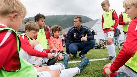 TILBAKE: Dagfinn Edvardsen (33) var på Voss Cup i 1993–94, og er no tilbake som trenar for Askøy FK T-Rex B. F.v. sonen Noah (8), Brede, Sebastian, Adrian, Jonas B. og Vegard.