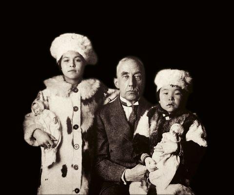 Dette er det nærmeste Roald Amundsen kom å få en familie. Her er han fotografert sammen med de to jentene han tok til seg, Camilla Carpendale (t.v.) og Nita Kakot Amundsen. Bildet er tatt i 1922 og er komponert som et familiebilde.