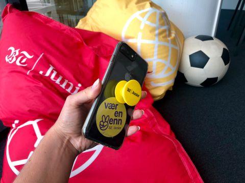 POPSOCKET: En popsocket (gul) gjør det lettere å holde mobilen!