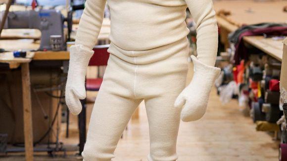 dfd05648 Lokalprodusenten. For Bjørn Nythun handler klesproduksjon om høyest mulig  kvalitet. Her er han iført selvlaget ullundertøy i ren, norsk, ubehandlet  ull.