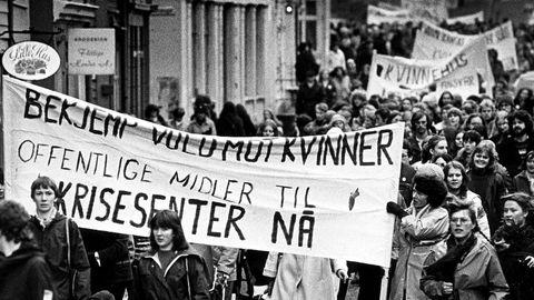 ÅPNINGSDAGEN: De første årene var driften av Krisesenteret en kontinuerlig kamp for å få nok offentlig støtte. Denne parolen var i 8. mars-toget i Bergen i 1981, samme dag som Krisesenteret offisielt ble åpnet. I dag har senteret bra økonomi.