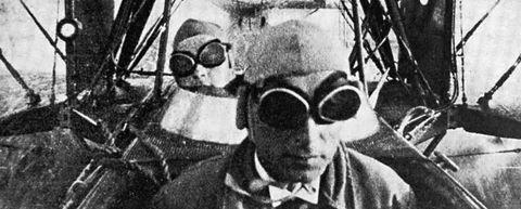 FØRSTE FLYRUTE: Her er to personer som var passasjerer på Norges første sivile flyrute i 1920. Bildet er trolig tatt av piloten, som satt like luftig som de betalende passasjerene.
