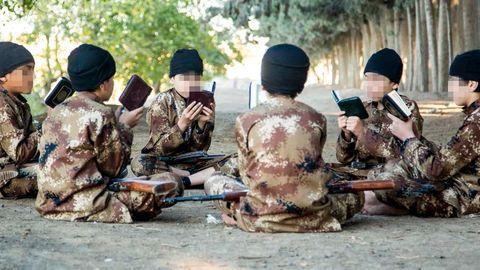 Før barn i IS-systemet blir satt til å utføre militære aksjoner, blant annet selvmordsangrep, blir de drillet i en ekstremt radikal tolkning av islams hellige tekster. Bildene av IS-barn i denne artikkelen er hentet fra IS' propagandafilmer og -magasiner. Få uavhengige journalister og forskere får mulighet til å rapportere fra innsiden av IS. Aftenposten har valgt å sladde bildene av barna.