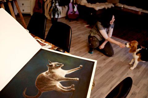 GLAD I DYR: Muriel Sandberg har laget kulltegning av en siameser. Selv har hun gaupekatten Herkules og hunden Dr. Watson, en beagle, akkurat som Snoopy. Rekkehuset i Fyllingsdalen er rikt dekorert med bilder og objekter av dyr.