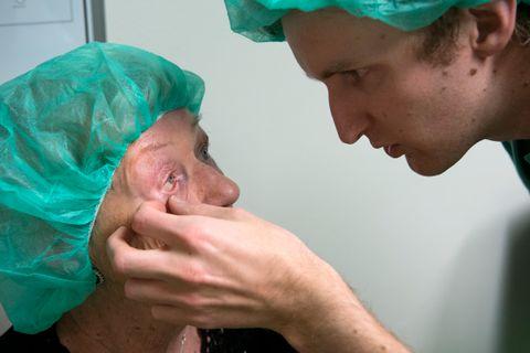 HAUKELAND: Joveig Markhus skal få nok en injeksjon på Haukeland. Øyelege Kristoffer Ommundsen kontrollerer at alt ser bra ut.