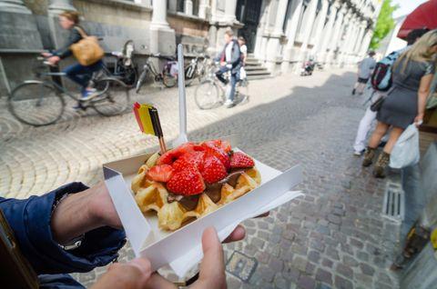 BELGISK VAFFEL: Kanskje du har spist det på ferie? Belgiske vafler er tykkere enn de norsk, og toppes gjerne med sjokolade, bær eller is.