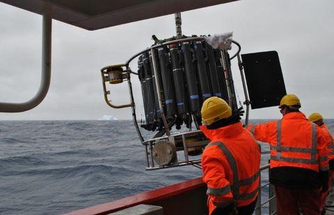 FRA LANDÅS TIL DYPET: I plastposen oppe til høyre på dette instrumentet ligger isoporkoppene som elevene fra Landås sendte med Elin til Antarktis.