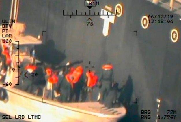USA har sluppet nye bilder fra tankskip-angrepet. Hva er det som sitter igjen på skipssiden?