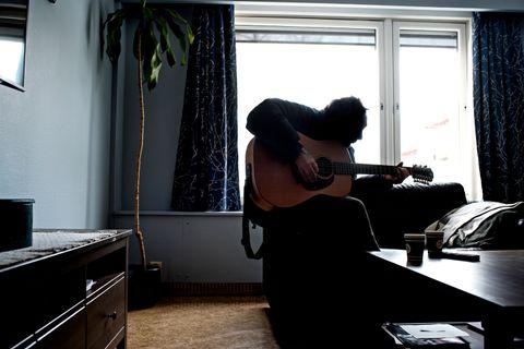 SPILLER: I dag bor 50-årene på en institusjon. Når BT besøker ham, plukker han opp gitaren og synger «Sommerfuggel i vinterland».