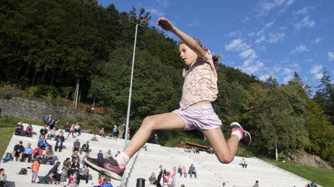 NYÅPNING: Sunniva Bieker Matthey (9) hoppet lengde under nyåpningen av Skansemyren Idrettsplass.
