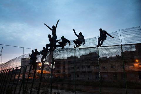 MELILLA: Straumen av migrantar frå Afrika sør for Sahara er venta å auke framover, i takt med auka folketal og ustabilitet. Sjølv om dei fleste i dag flyttar på seg innad i Afrika, er spådommen at fleire vil prøve å komme til Europa. Mange kjem til dei spanske utpostane Melilla og Ceuta i Nord-Afrika.