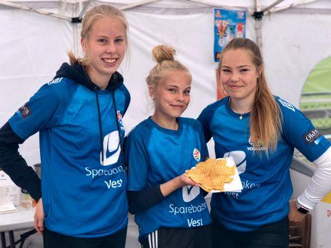 INGEN CUP UTEN GOD DUGNADSÅND: Kaia (14), Mia (14) og Mari (14) er for gammel til å spille Voss cup. – Vi sparer til Dana cup, så derfor står vi her, sier jentene fra kioskteltet. De spiller for Voss jenter 14 og 15.