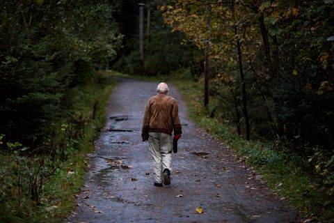 Den daglige spaserturen gjør godt for kropp og sinn. I barndomsdalen vandrer han i minnene om mennesker og dager som var.
