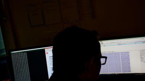 DATAETTERFORSKERE: Fremtidens kriminalitet vil i stor grad foregå på nettet. Derfor styrkes også politiets datakompetanse. Spesialetterforskere har programmer som finne hemmelige chatter – og har sine metoder til å fastslå om brukeren er barn eller voksen, kvinne eller mann.