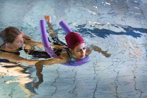 SVØMMER: Zahra hadde aldri svømt før hun kom til Norge. På Rehabiliteringsklinikken trener hun i bassenget med fysioterapeut Karen Breistein. - Nå har jeg nesten lært å svømme. Det hadde jeg aldri trodd jeg skulle klare, sier Zahra.