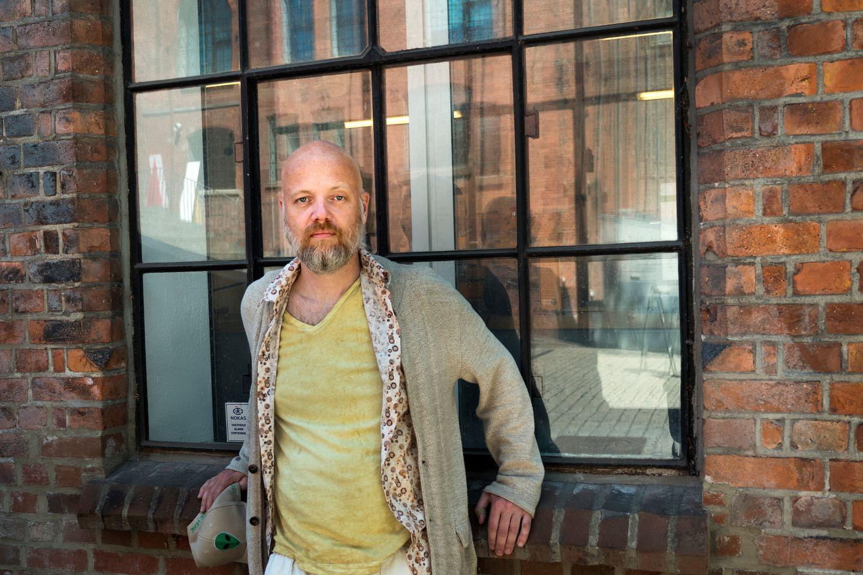 Øystein Stene er feminist, dramatiker og forfatter. Nå tar han et hardt oppgjør med #metoo-bevegelsen.