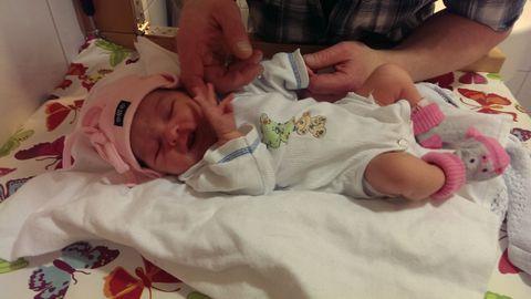 2015: Den lille jenten blir født en januardag i 2015 på Ahus. Hun er 49 cm lang og veier 2980 gram.